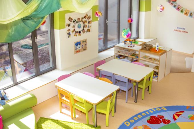 Kindergarten und Kinderkrippe am Biederstein-Schwabing Innenraum mit gro0en Fenstern