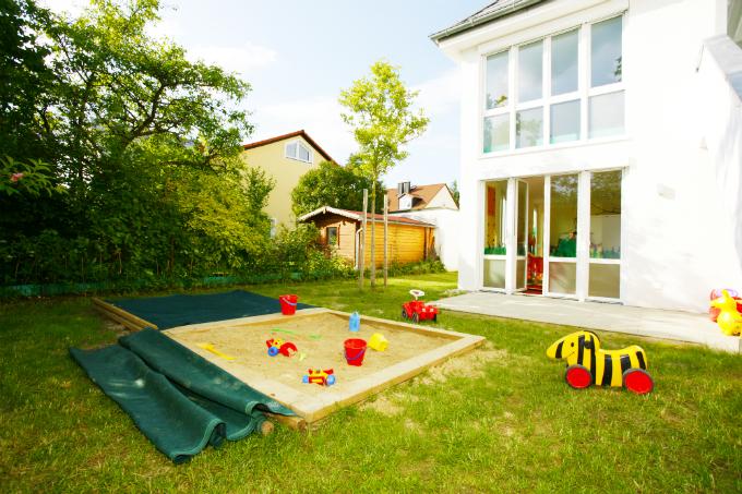Kinderkrippe München Obersendling Garten mit Sandkasten
