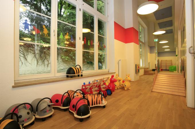 Kindergarten und Kinderkrippe Harlaching Flur mit Spielzeug