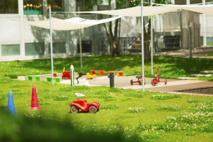 Kindergarten und Kinderkrippe München-Trudering Garten mit Schattendach