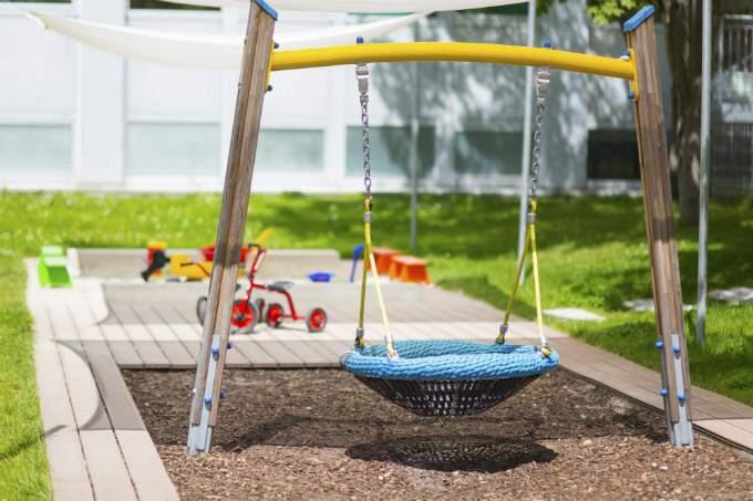 Kindergarten und Kinderkrippe München-Trudering Garten mit Korbschaukel