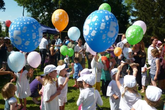 kindergarten kinderkrippe garching sommerfest luftballons wichtel akademie. Black Bedroom Furniture Sets. Home Design Ideas