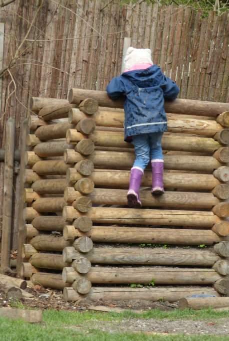 Kindergartenkind klettern Zutrauen