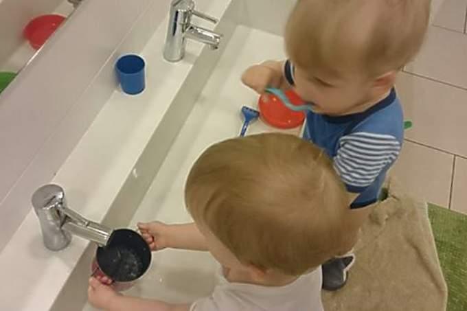 KinderkrippeHarlaching Wasserspiele mit Krippenkindern